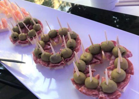 モルタデラソーセージとオリーブ・チーズのピンチョス