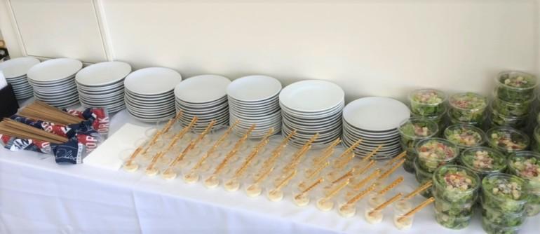 カトラリーの様子。陶器皿もご対応できます。